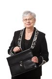 Portrait der älteren Geschäftsfrau mit Aktenkoffer Stockfoto