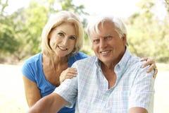 Portrait der älteren Paare im Park lizenzfreie stockbilder