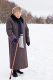 Portrait der alten Frau im Winter Stockfoto
