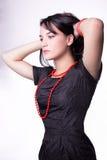 Portrait der Art und Weisefrau mit roter Halskette Lizenzfreies Stockbild