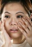 Portrait der asiatischen Mädchen-Holding ihr Gesicht lizenzfreies stockbild