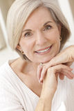 Portrait der attraktiven älteren Frau Stockbilder