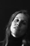 Portrait der attraktiven überzeugten Frau im Schwarzen Stockfotos