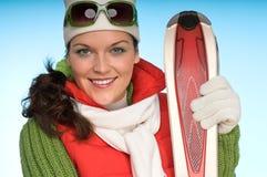 Portrait der attraktiven Frau mit rotem Ski Lizenzfreie Stockbilder