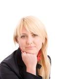 Portrait der attraktiven Geschäftsfrau auf Stuhl lizenzfreie stockfotografie