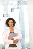 Portrait der attraktiven Geschäftsfrau-Holdingfalte Lizenzfreie Stockbilder