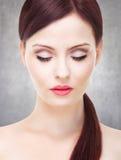 Portrait der attraktiven jungen erwachsenen Frau Stockfotos
