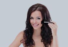 Portrait der attraktiven jungen erwachsenen Frau, die Blusher anwendet lizenzfreies stockfoto