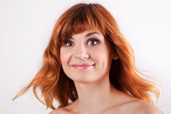 Portrait der attraktiven roten behaarten jungen Frau lizenzfreies stockfoto