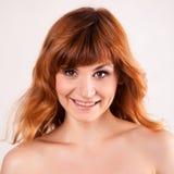 Portrait der attraktiven roten behaarten jungen Frau Lizenzfreies Stockbild