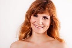 Portrait der attraktiven roten behaarten jungen Frau stockbild