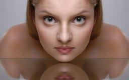 Portrait der beauriful jungen Frau Stockfotografie