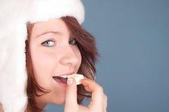 Portrait der beißenden weißen Schokolade des Mädchens Stockfotografie