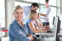 Portrait der blonden Frau im Geschäftstraining Stockfotos