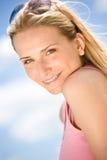Portrait der blonden Frau mit Sommerhimmel Lizenzfreies Stockfoto