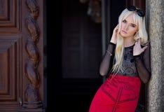 Portrait der blonden jungen Frau draußen Lizenzfreie Stockbilder