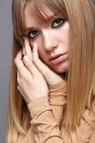 Portrait der blonden jungen Frau Frau mit grünen Augen und lang Lizenzfreies Stockfoto