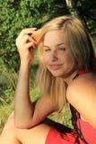 Portrait der Blondine im Park Stockfoto