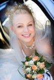 Portrait der Braut, die einen Blumenstrauß anhält Lizenzfreies Stockbild