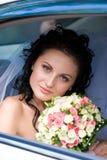 Portrait der Braut im Hochzeitsauto Lizenzfreie Stockfotos