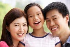 Portrait der chinesischen Familie mit Tochter im Park lizenzfreies stockbild