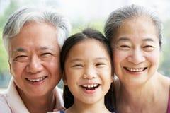 Portrait der chinesischen Großeltern mit Grandaughter Stockfotos