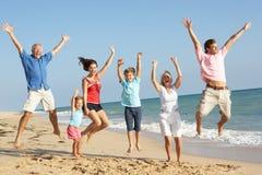 Portrait der drei Erzeugungs-Familie auf Strand Lizenzfreies Stockfoto