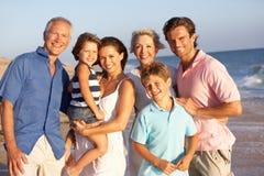 Portrait der drei Erzeugungs-Familie auf Strand Stockbild