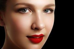 Portrait der eleganten Frau mit den roten Lippen Schönes junges Modell w Stockbild