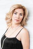 Portrait der erwachsenen blonden Frau Stockfotos