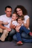 Portrait der Familie auf Dunkelheit Stockfotos