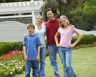 Portrait der Familie draußen Stockbild