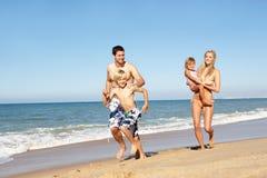 Portrait der Familie am Sommer-Strand-Feiertag Stockbilder