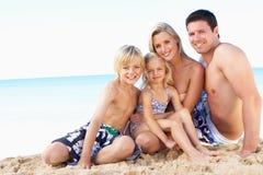 Portrait der Familie am Sommer-Strand-Feiertag Stockfotografie