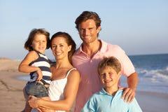 Portrait der Familie am Strand-Feiertag Stockfotos