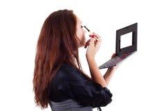 Portrait der Frau Augenschminke anwendend Lizenzfreies Stockfoto