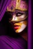Portrait der Frau in der violetten Schablone Stockbild