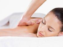 Portrait der Frau, die Massage hat Stockbild