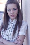 Portrait der Frau draußen Stockfotografie