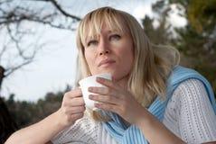 Portrait der Frau ein Becher eines heißen Getränks lizenzfreie stockbilder
