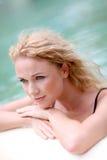 Portrait der Frau entspannend im Pool Lizenzfreie Stockfotos