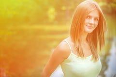 Portrait der Frau gegen See lizenzfreies stockfoto