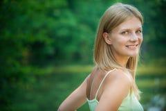Portrait der Frau gegen See stockbild