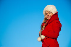 Portrait der Frau im roten Mantelblau backgound Lizenzfreie Stockfotografie