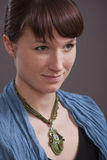 Portrait der Frau mit Amulett lizenzfreie stockfotografie