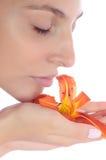 Portrait der Frau mit einer Blume Stockfotografie