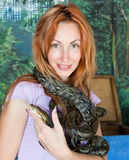 Portrait der Frau mit einer Boa auf Schultern Stockbild