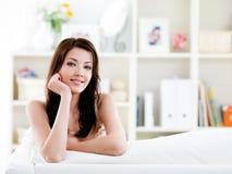 Portrait der Frau mit einfachem Lächeln zu Hause Stockfotos