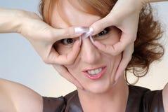 Portrait der Frau mit Handgläsern Lizenzfreie Stockfotos