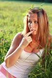 Portrait der Frau mit seinem Finger nahe dem Mund Lizenzfreie Stockfotos